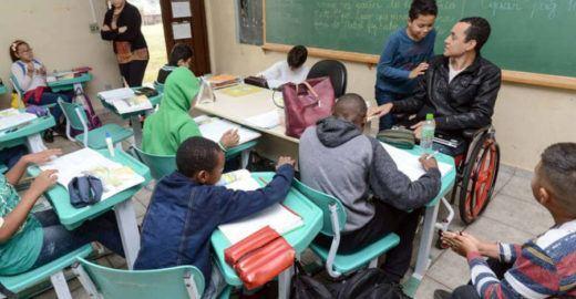 Professor cego inspira alunos em sala de aula no interior de SP