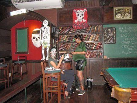 Halloween no Shenanigans tem decoração temática, brincadeiras e premiação de fantasia