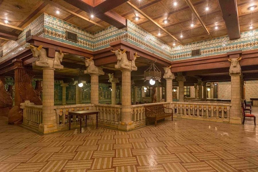 Tour começa no subsolo, onde fica o Salão Assyrio