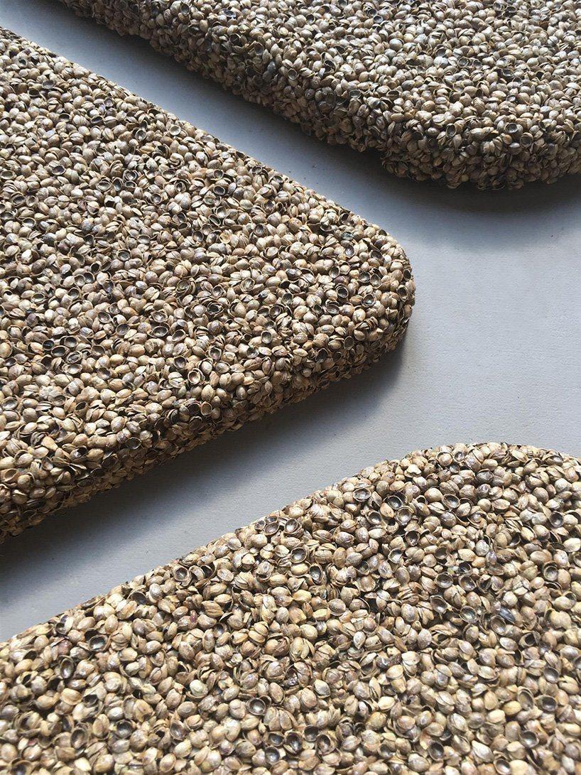 As cascas de sementes de cânhamo em geral são descartadas como resíduo, o que torna baixo o custo de produção desses painéis de tratamento acústico