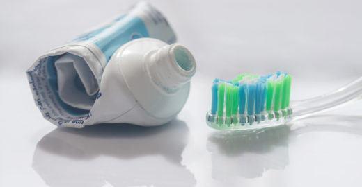 Reciclados, tubos de pasta de dente viram de óculos a móveis