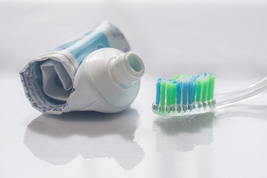 Tubos de pasta de dente, feitos de plástico e alumínio, têm características técnicas interessantes, segundo a empresa
