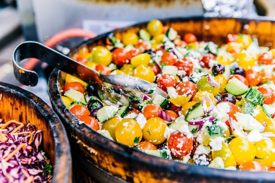 Um prato de comida saudável