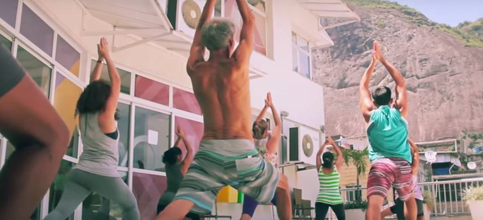 alunos praticando yoga na laje