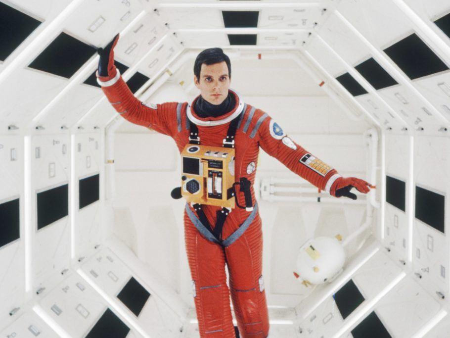 Frama de 2001: Uma odisseia no espaço, com um astronauta andando em um corredor