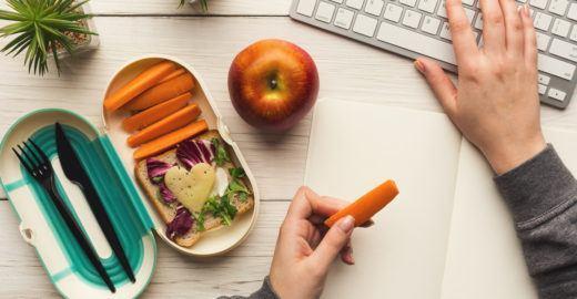 Alimentos antiestresse para comer na mesa do trabalho