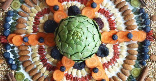 Artista produz mandalas com alimentos orgânicos