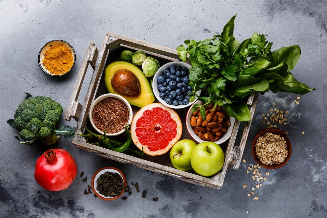 vegetais frescos e grãos na mesa