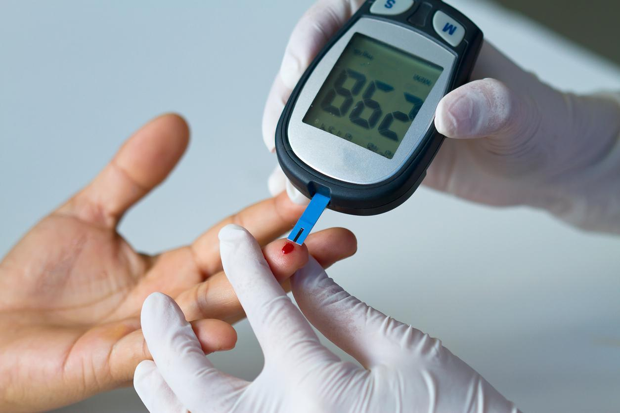 pessoa fazendo teste de glicemia