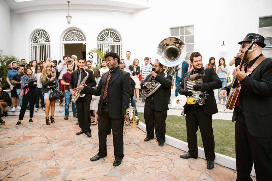 Banda de jazz tocando em um casarão histórico