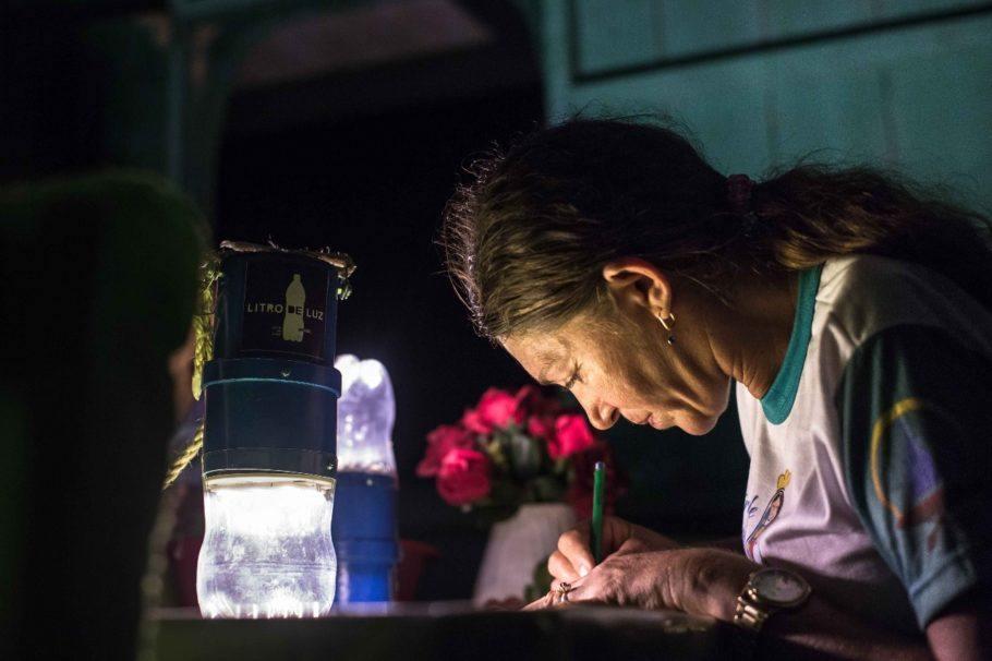 A técnica de fabricação do lampião de garrafa PET será ensinada em São Paulo
