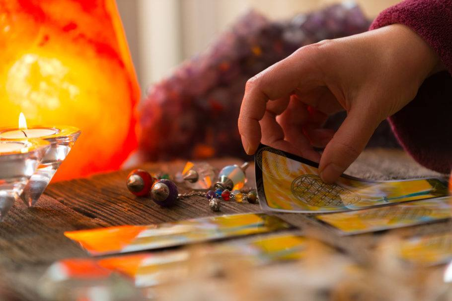 Cartas de Tarot sob a mesa