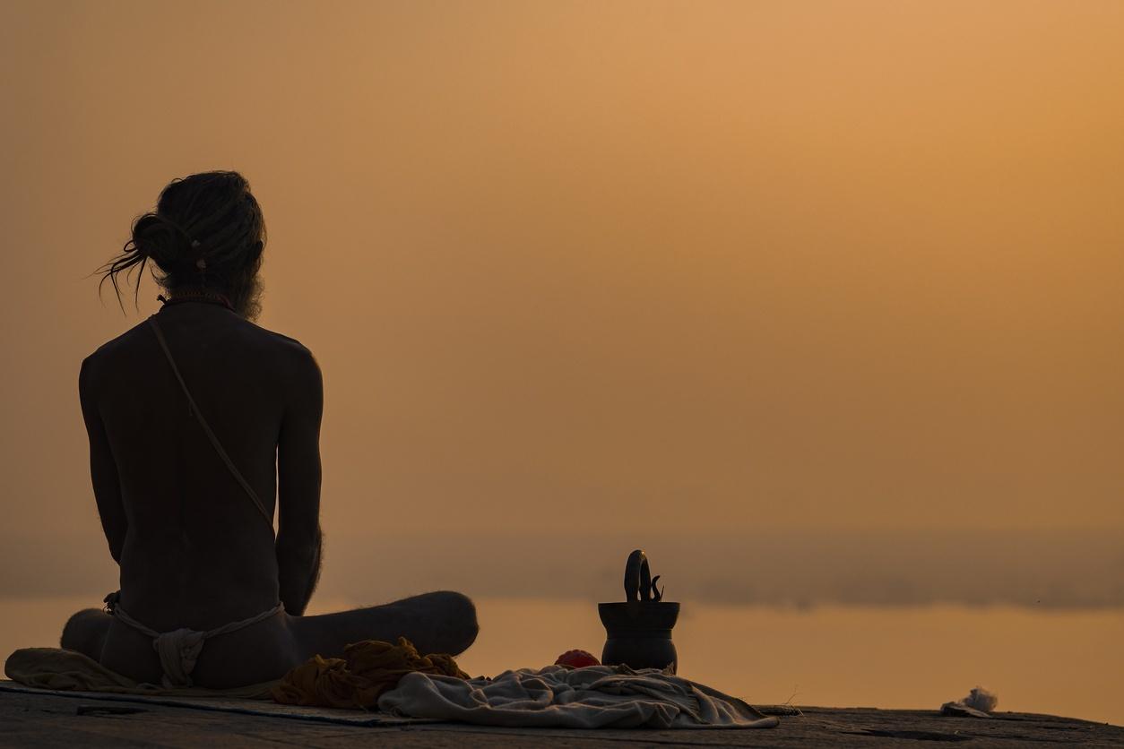 homem em varanasi, cidade sagrada da Índia