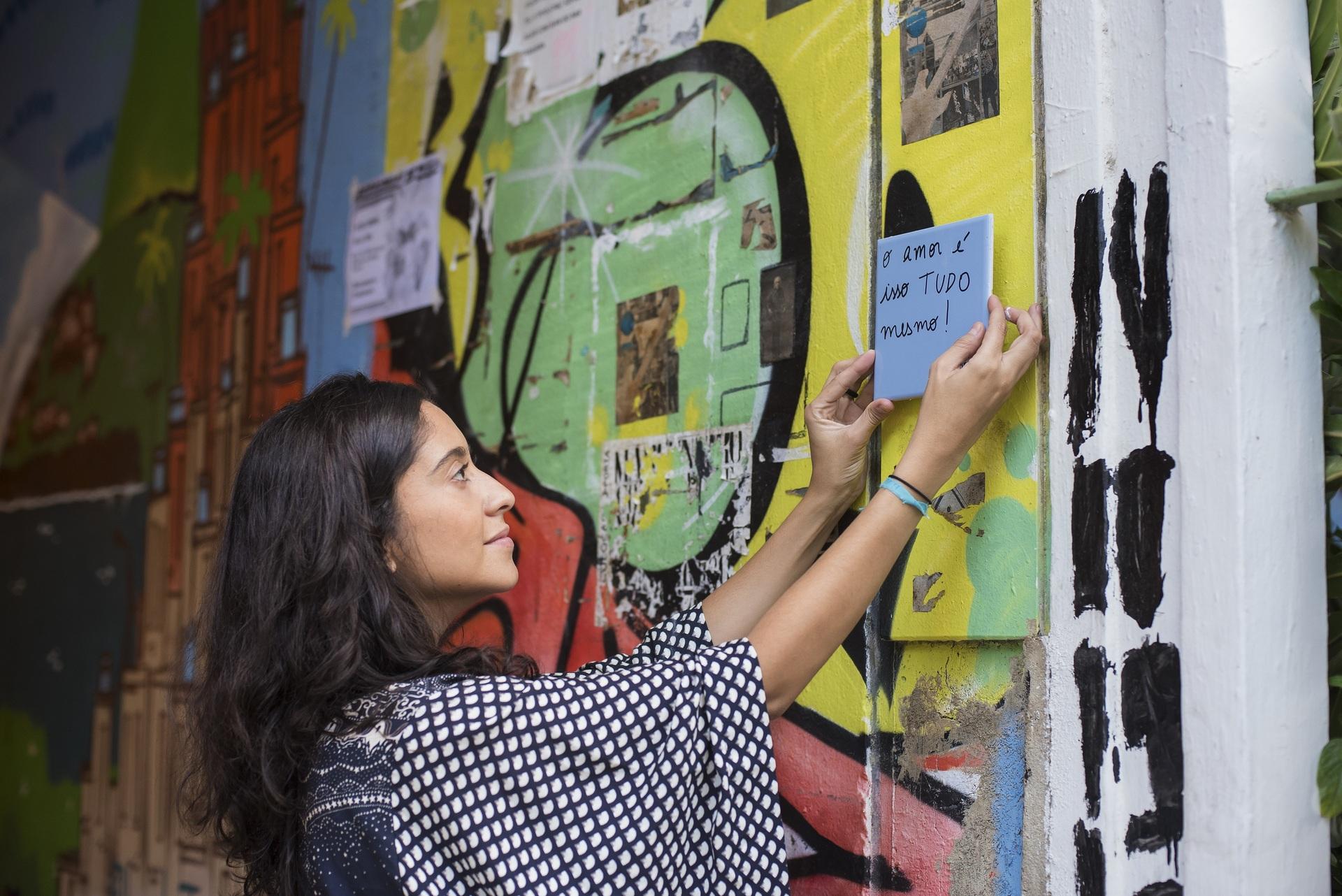 Mulher coloca ladrilha com poesia nas ruas do Rio de Janeiro