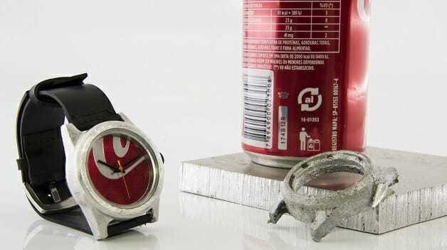 O relógio de material reciclado pode ser feito de latinhas de alumínio