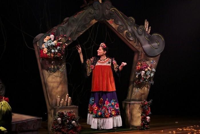 """Foto do espetáculo """"Pequena Magdalena"""", com uma atriz represntando Frida Kahlo"""