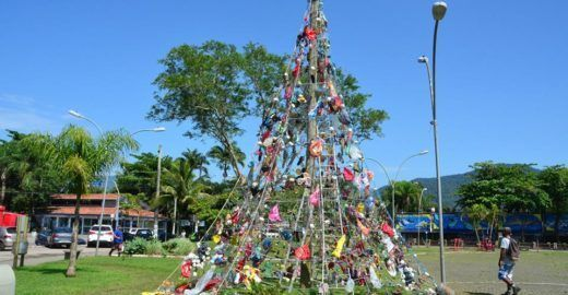 Ubatuba ergue árvore de Natal feita de lixo recolhido das praias