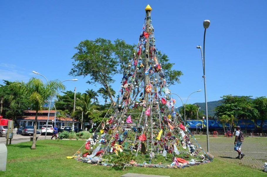 Árvore de Natal feita de lixo foi montada na Praia da Baleia, em Ubatuba