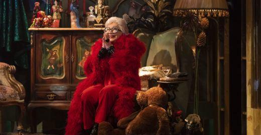 Nathalia Timberg interpreta ícone da moda Iris Apfel no teatro