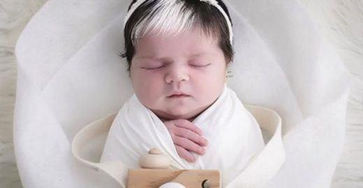 Bebê nasce com mecha branca e faz sucesso nas redes sociais