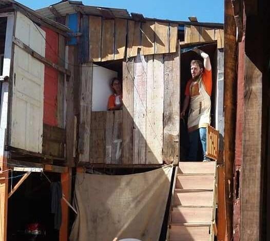 Casa de tapumes de madeira ganha um ambiente melhor com o trabalho do projeto