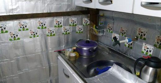 Caixinha de leite reciclada protege casas da chuva e do vento