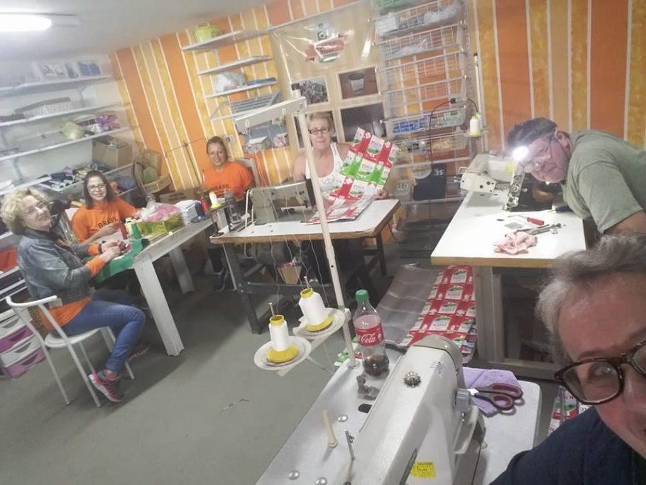 As caixas de leite são costuradas por voluntários