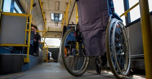 Cadeirante se arrasta para subir em ônibus de Santos