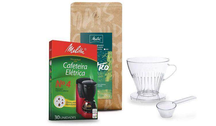 coador de vidro, filtro de papel e café
