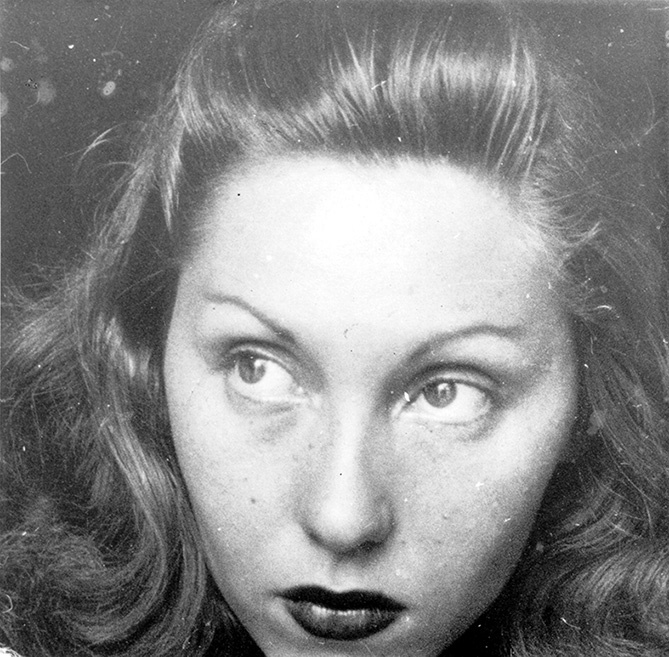 Foto em close e preto e branco de Clarice Lispector