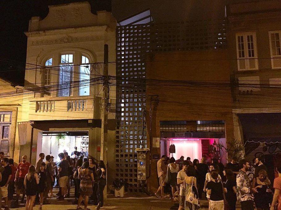 O público do CoLAB ocupa seu pequeno espaço interno, chegando a tomar conta da calçada