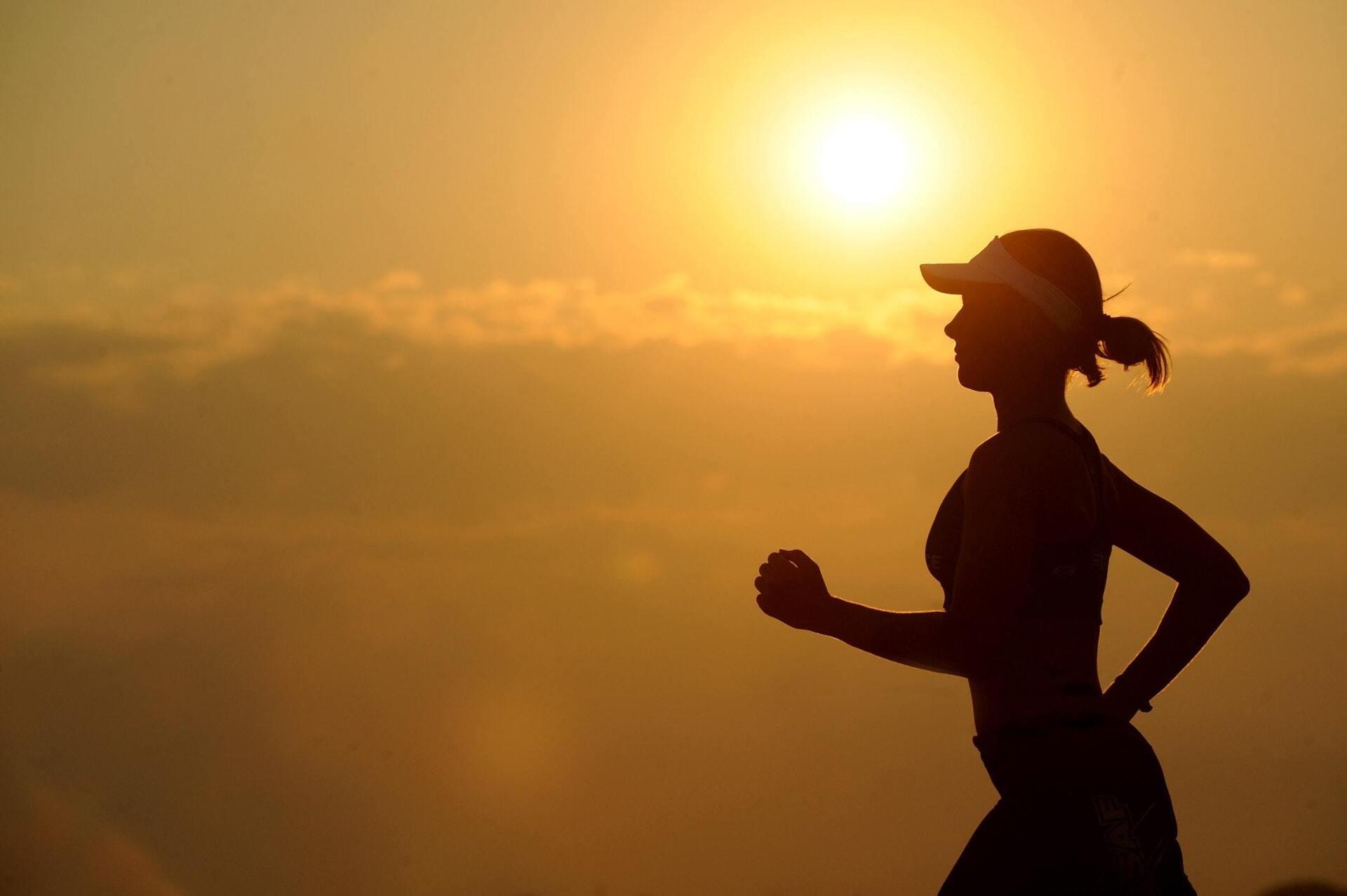 mulher correndo ao ar livre em um dia ensolarado