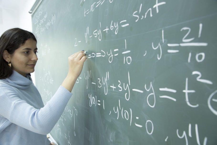 mulher resolvendo problema de matemática