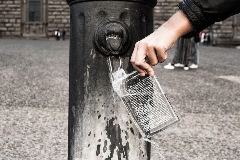 Essa garrafa recarregável funciona como um verdadeiro guia de bebedouros das cidades