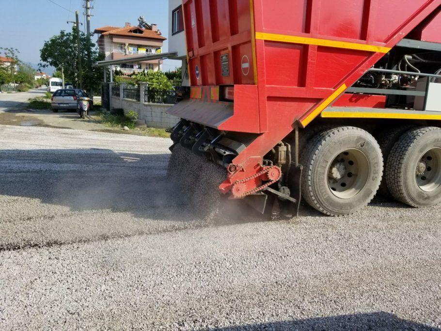 Além de dar um novo destino ao plástico, o material reduz a manutenção das estradas