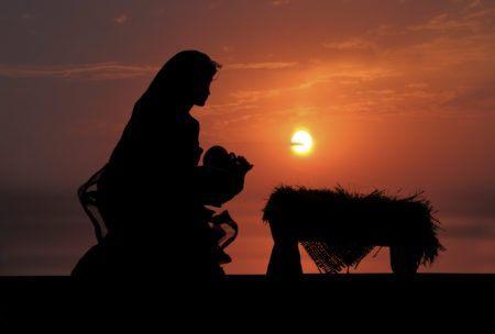 foto ilustrativa de Maria carregando Jesus no crepúsculo
