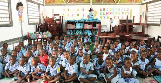 Tijolo de plástico reciclado ajuda a sanar problema educacional