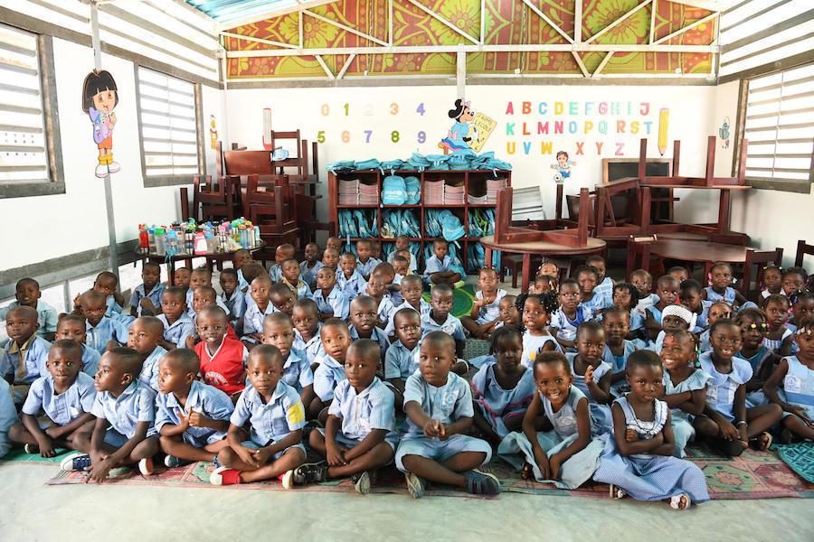 Na Costa do Marfim, sala de aula feita de tijolos de plástico reciclado