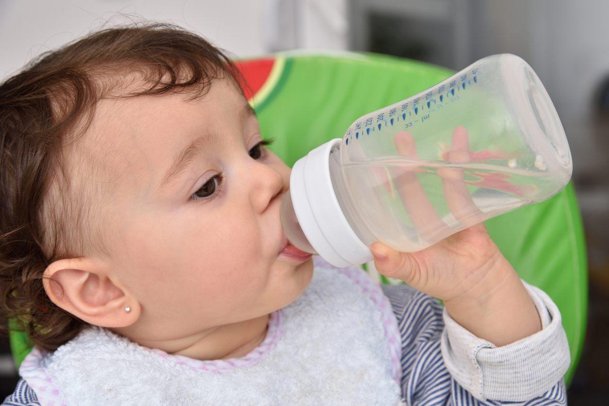 criança de 1 ano bebendo água