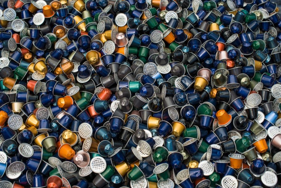 Na reciclagem de cápsulas de café, o pó de café vira adubo, e o alumínio pode ser transformado em diferentes objetos