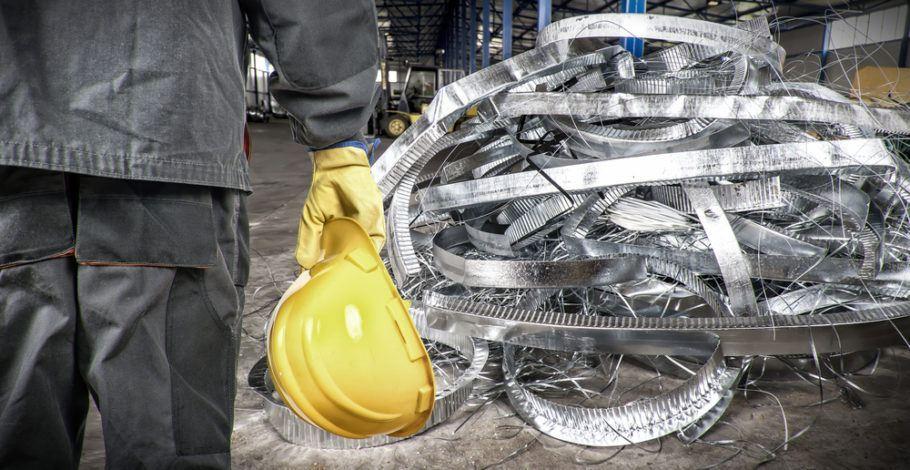 Sucatas de ferro, plástico e outros resíduos sólidos podem ser vendidos a empresas tratadoras e recicladoras