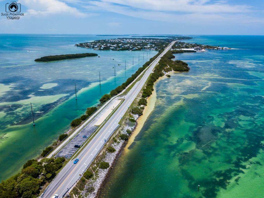 Foto de um Drone da US1 rumo a Key West no Road Trip da Flórida