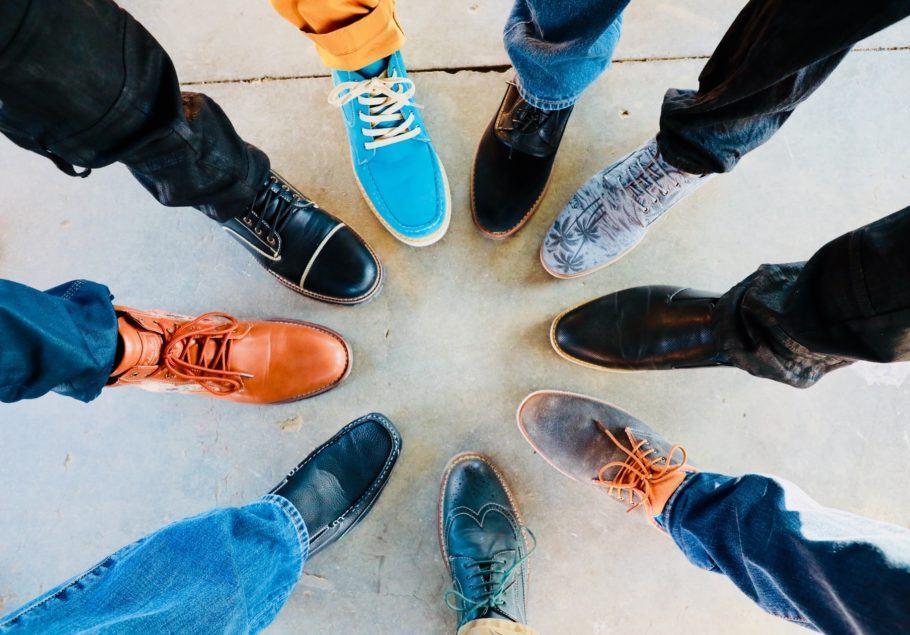 """O site trabalha com a ideia de """"compre um, doe um"""" paa de sapatos"""