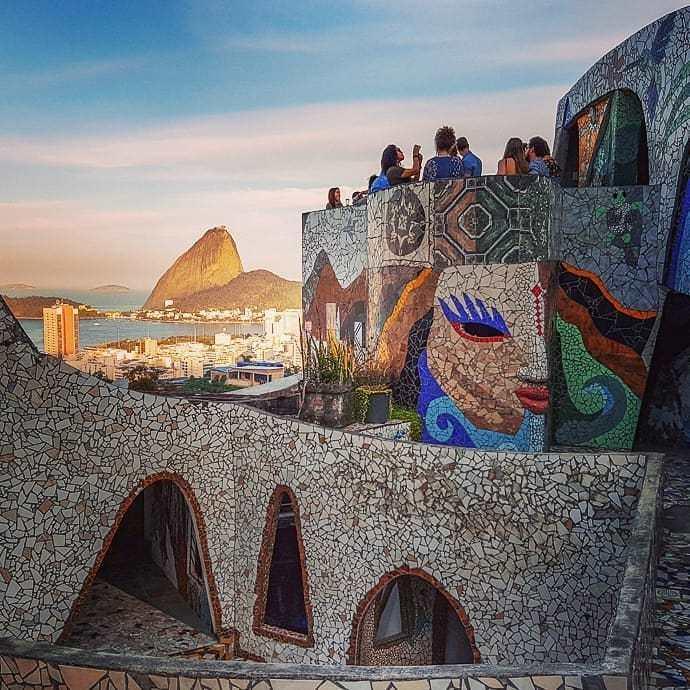 O The Maze fica no alto da favela Tavares Bastos, no Catete
