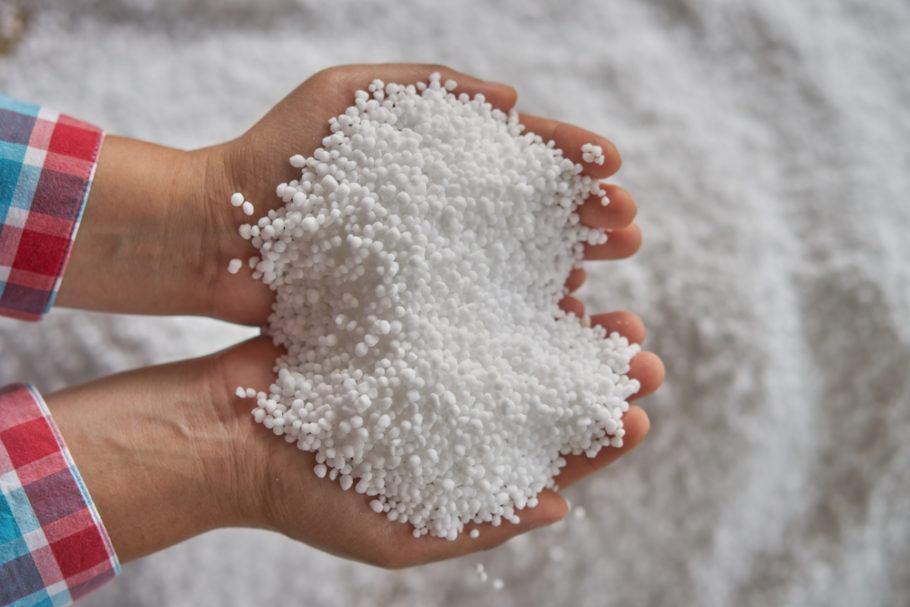 O nitrogênio, que pode ser obtido da urina, é usado em fertilizantes