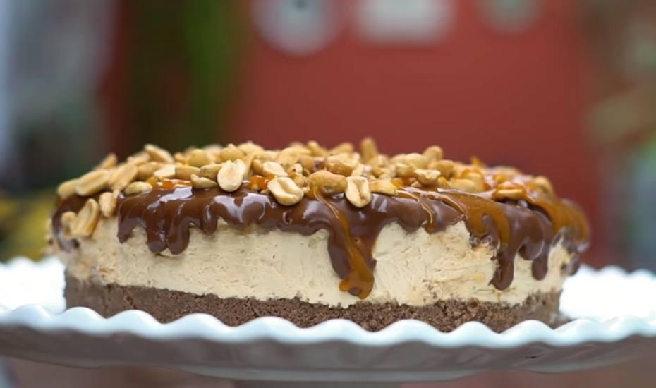 torta inteira com chocolate por cima