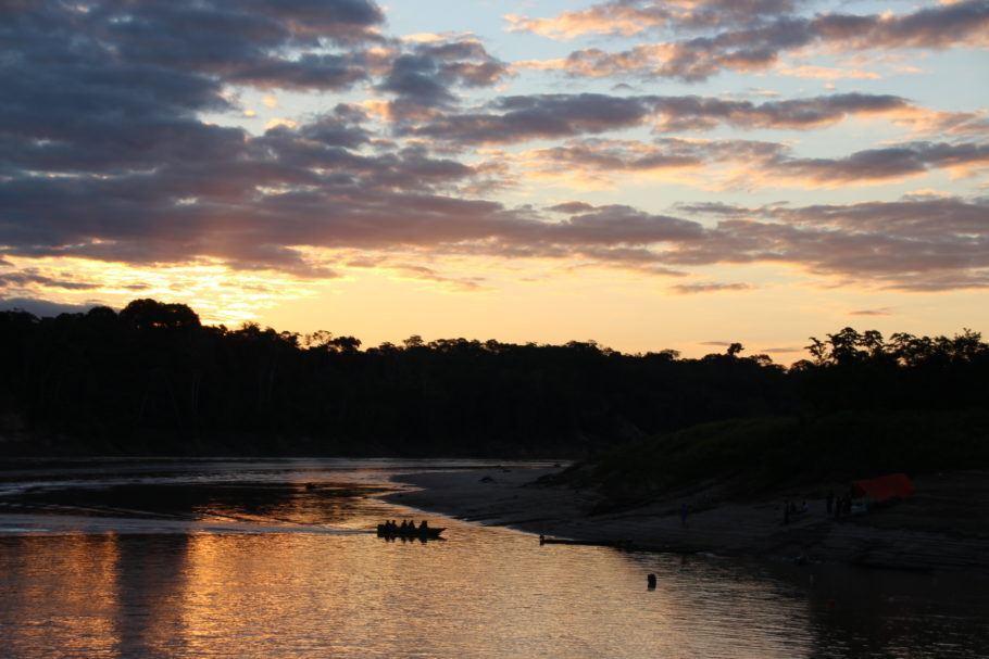 O uso de energia solar beneficia comunidades ribeirinhas da Amazônia