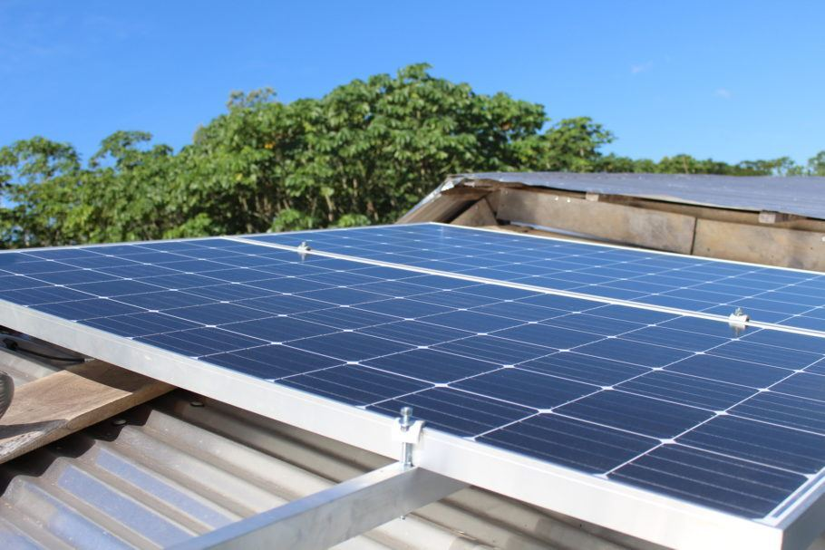 Sistema de uso de energia solar instalado pelo projeto
