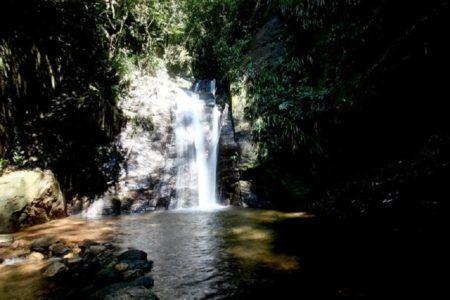 Banho de cachoeira é uma ótima opção para se refrescar e fugir das praias lotadas