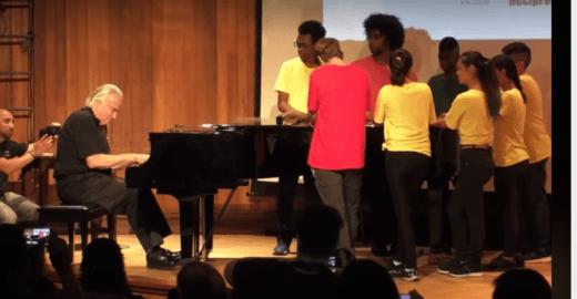 Vídeos de João Carlos Martins com músicos surdos bombam nas redes
